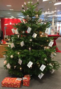 Unter dem Wunschbaum in der Sparkassen-Geschäftsstelle in Attendorn liegen bereits die ersten bunt verpackten Geschenke