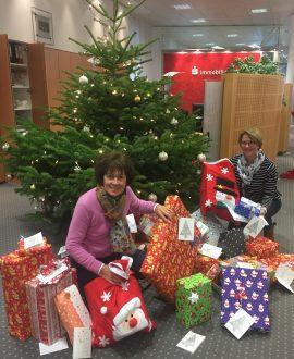 Bild: selbst der Vorstand (Vorsitzende Angelika Steinhoff links, 2. Vorsitzende Andrea Hesse rechts) der Mutter-Kind-Hilfe strahlte angesichts der wundervoll verpackten Geschenke. Rechtzeitig vor Weihnachten wurden sie dem Christkind übergeben.