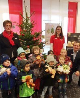 Die Kinder des Kindergartens Peter und Paul in Kirchhundem schmücken den Wunschbaum damit alle Kinder ihre Herzenswünsche erfüllt bekommen